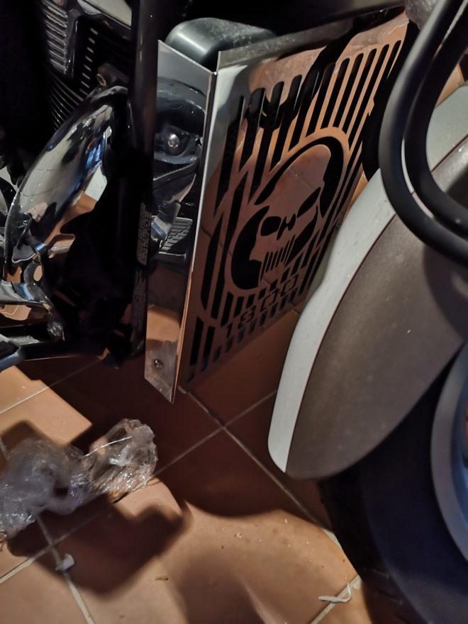 Suzuki C1800 radiator cover skull